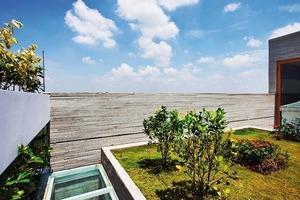 Die begrünte Dachfläche ist nur eingeschränkt nutzbar (wegen der Größe, der exponierten Lage und Bepflanzung). Die Begrünung dient hauptsächlich dazu das Gebäude vor hohen Außentemperaturen zu schützen<br />