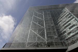 Martialisch schön und zweckmäßig gedacht: Stahlskelettbau hinter Glasfassade. Ökologisch? Wohl kaum. Möglich? Begründbar?<br />