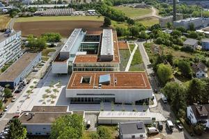 """Der Neubau der Chemie Gießen besteht aus einem Praktikumsflügel (I-Gebäude links), einem sich anschließenden Institutsbereich (C-Gebäude) und einem Hörsaalgebäude (Kubus Vordergrund)"""""""