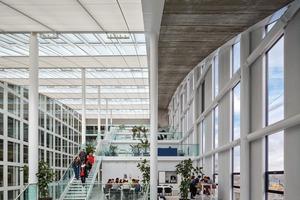 Die Plateaus der Stockwerke ermöglichen verschiedene Grundrissein-teilungen und vielfältige Büroformen
