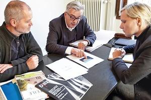 """DBZ Heftpate Uwe Schröder suchte mit Sandra Greiser und Benedikt Kraft in seinem Büro in Bonn die Projekte für diese Ausgabe mit dem Themenschwerpunkt """"Mauerwerk"""" aus"""