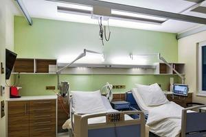 Im Patientenzimmer liegt der Fokus auf automatisierten Beleuchtungsszenarien; abhängig von der gewünschten Wirkung können Lichtintensität und -farbe dynamisch verändert werden
