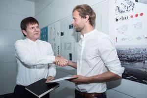 Preisverleihung: Gerhard G. Feldmeyer, Geschäftsführender Gesellschafter HPP und Kuratoriumsmitglied der Stiftung, überreicht Jakob Giese die Urkunde und das Skizzenbuch