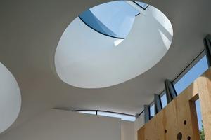 Die Dachkonstruktion ruht auf vier Stahlbetonsäulen (Tisch-Prinzip)<br />