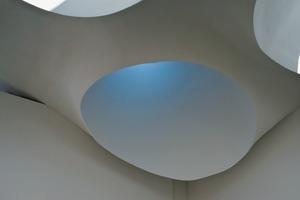 Prix hat beim Entwurf des Wolken-Daches besonderen Wert auf die Beleuchtung des Kirchenraumes gelegt<br />