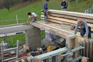 Auf dem Ringbalken werden die Holzbalken für die Mann-an-Mann-Decke (Dippelbaumdecke) aufgelegt
