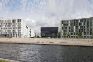 Das Futurium zwischen Humboldthafeneins im Westen (KSP Jürgen Engel Architekten GmbH) und Bundesministerium für Bildung und Forschung (Heinle, Wischer und Partner) im Osten. Davor die Spree