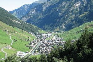 Ansicht Vals von Süden nach Norden ... hinten links die Therme. Weiter hinten, im Rücken, die Staumauer und Ausgangspunkt für feine Bergtouren