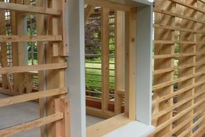Als innovativ kann bei den Außenwänden gelten, dass eine schwere, wärmespeichernde Lehmaußenschale das Gebäude umschließt und die Holzkonstruktion innen gedämmt ist. Das ist durch die ausschließliche Verwendung von kapillaraktiven Bau- und Dämmstoffen bauphysikalisch möglich