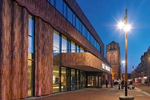 """Mit der Hagemeister Sortierung Gent ließ sich die Wellenbewegung an der Fassade des Kulturzentrums sehr gut umsetzen, da die Klinkerformate 4cm dünn und mit 29cm sehr lang sind. Der Klinker wurde auf die vorgefertigten Betonwellen geleimt und gefugt. Die Wellen sind im stehenden Läuferverband geklebt. Um die Fenster und Türen nahtlos zu verbinden, haben sich die Architekten in den Ecken für spezielle Formsteine entschiedenHagemeister GmbH &amp; Co. KG<br /><a href=""""http://www.hagemeister.de"""" target=""""_blank"""">www.hagemeister.de</a>"""