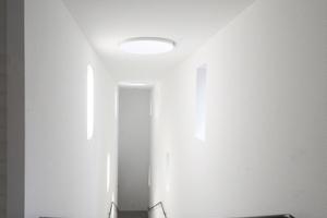Das Treppenhaus mit künstlichen Lichtflecken den Fensteröffnungen gegenüber