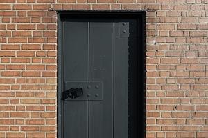 Neben dem Haupteingang eine der zwei Seitentüren. Mooreiche, die Beschläge aus Architektenhand