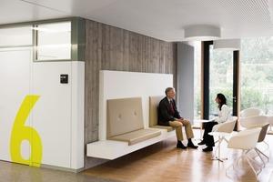 Möblierung und Zonierung erlauben ernsthafte Gespräche auch außerhalb der Arztzimmer<br />
