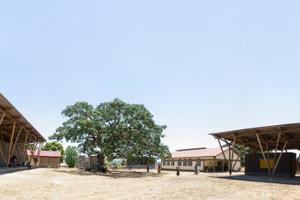 Mit der Konstruktion des Healthcare Centre Mondikolok schöpfen die Architekten vornehmlich aus dem Potential der natürlichen und regional vorkommenden Materialien