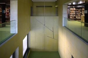 """<div class=""""13.6 Bildunterschrift"""">Die Architekten wollten vermeiden, die Wände spachteln lassen zu müssen. In Flächen mit groben Oberflächenfehlern wurde die Betonstruktur malermäßig nachgeahmt. Durch Schleifen und Tupfen mit Farbe konnte der Maler die gespachtelten Flächen den Sichtbetonflächen annähern</div>"""