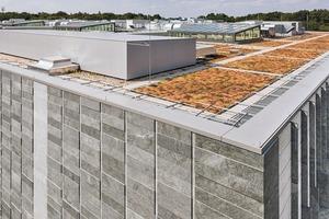 Während die Fassade des Magazingebäudes sich relativ geschlossen zeigt, sind auf dem Dach zahlreiche Aufbauten zu erkennen. Um die Dachfläche von 7200m² begehen zu können, wurde ein stauchungsfreier, hoch druckfester Dämmstoff aus Schaumglas verwendet