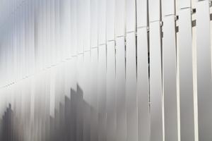 Je nach Blickrichtung auf die Lamellen erscheint die Fassade offener oder geschlossener