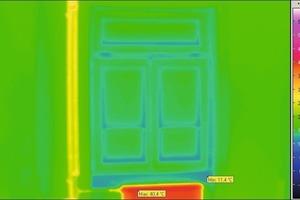 Ungedämmtes Mauerwerk ist bei niedrigen Außentemperaturen kühl. Die Grüntöne zeigen ungünstiges Wärmedämmverhalten auf, warme Elemente wie Heizkörper erscheinen gelb bis tiefrot<br />