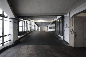 Tageslicht dagegen in der je nach Außen hin orientierten Erschließung (hier links die noch weitestgehend erhaltene Vorhangfassade der Frankfurter Glasdachfabrik Claus Meyn KG)