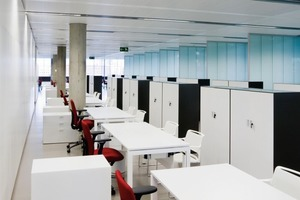 """Die Arbeitsplätze sind so eingerichtet, dass """"grenzenlose"""" Kommunikation zwischen den Mitarbeitern möglich ist. Ist doch einmal ruhigeres Arbeiten nötig, so gibt es auch geschlossenere Arbeitsbereiche<br />"""