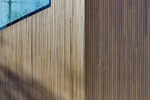 Im Sinne eines nachhaltigen Konzepts entschieden sich die Architekten bei der Fassade für den nachwachsenden Rohstoff Holz: Sibirische Lärche