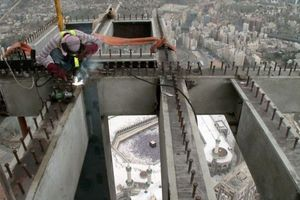 Die Großbaustelle für den Ausbau der Turmuhr befindet sich in einer Höhe von über 450 Meter