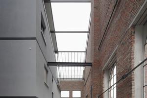 Alle früheren Glasflächen wurden entfernt, sie sind nur noch durch leere Stahlrahmen angedeutet. Vögel z. B können hineinfliegen