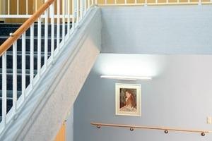 links: Patientenzimmer in warmen Farben sowie direkter und indirekter Beleuchtung<br />rechts: Die unterschiedliche Farbgestaltung verschiedener Etagen sorgt für Orientierung<br />