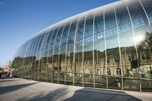 Bei der Erweiterung des Straßburger Bahnhofs wurde eine bogenförmige Stahl-Glas-Konstruktion mit einfach gekrümmten Scheiben raumbildend vor der historischen Fassade angeordnet<br />