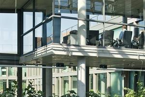 In die Kanzel im 3.Obergeschoss des Atriums fällt natürliches Tageslicht ein. Sonne und Licht schaffen einen angenehmen Ort zum arbeiten<br />