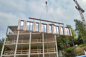 Im Werk lassen sich die Wandbauteile präziser herstellen und die Fensteranschlüsse dichter gestalten – ein entscheidender Faktor beim Bau von energieeffizienten Gebäuden. Da die Arbeiten an den Holztafelelementen parallel zum Rohbau ausgeführt werden konnten, ließ sich Bauzeit einsparen. Damit blieben die Kosten im Rahmen des vom Bauherrn, dem Hochschul-Sozialwerk Wuppertal, gesetzten Budgets