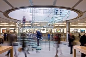 unten: Zu Glas und Stahl gesellt sich im Innenausbau (aller Apple Stores) ein Pietra Serena Boden, für den lediglich die besten 3% der Produktion ausgewählt werden