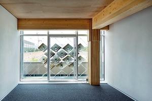 Der Innenraum wird durch die adaptive Fassade verschattet und der dahinterliegende, etwa 15m² große Büroraum mit Strom versorgt