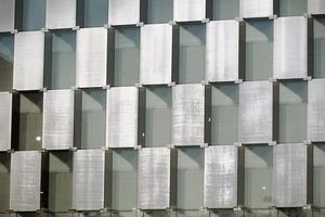 """<div class=""""10.6 Bildunterschrift"""">Die Veredelung des verwendeten Glases mit dem Sefar Architecture Vision-Gewebe garantiert Sonnenschutz durch die Reflexionseigenschaften der Aluminiumbeschichtung, ohne die Durchsicht einzuschränken</div>"""