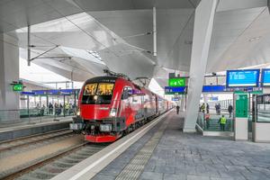 Neuer Bahnsteig mit Rautendach-Untersicht