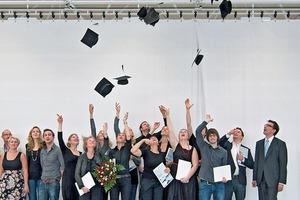 Prof. Jan R. Krause (r.) mit Masterstudenten an der Hochschule Bochum