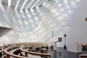 Durch den Einsatz unterschiedlich getönter Gläser im Dach ergibt sich im Innenraum mit dem Tageslichtverlauf ein lebendiges Licht- und Schattenspiel
