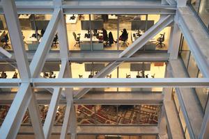 Blick über einen der Lichthöfe in die Büros