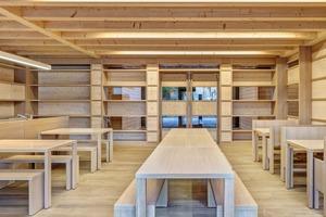 Im Zentrum des Kinderdorfs ist im unteren Bereich der große Speisesaal angeordnet: rustikal und einfach – wie ein Wirtshaus in einem Dorf
