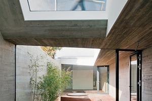 Die Wohnebenen sind intern vernetzt. Das Haus ist als Niedrigenergiehaus ausgebildet (Heizwärmebedarf 41 kWh/m²/a)