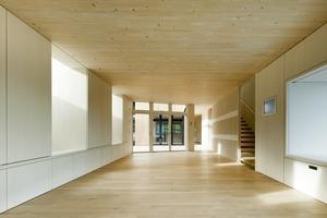 Die Fichtenholzverkleidungen im Innenbereich sind durchgehend weiß geölt, so dass das Tageslicht tief in den Raum reflektiert wird<br />