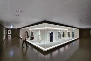 v. l.: Neue Typografie soll die Orientierung erleichtern; die Modeabteilung als edler Darkroom; Blick in den noch unbearbeiteten Bestand