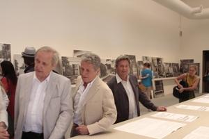 """Architekturbiennale 2012: Zentraler Pavillon in den Giardini mit prominenten Besuchern (die Ortner-Brüder in """"ihrer"""" Ausstellung)"""