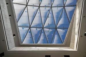 Der Primärenergieinhalt der weitgespannten Luftkissenkonstruktion ist im Vergleich zu einem Glasdach 1000-fach geringer