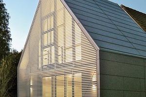 Großformatige Faserzementplatten auch im Dach – mit elegant integrierter Dachentwässerung (Haack+Höpfner Architekten und Stadtplaner BDA)
