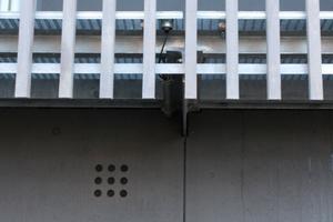 Um keine auffälligen Wetterschutzgitter auf der Fassade zu haben, wurde dort, wo die Lüftungsrohre sitzen nicht durchbrochen, sondern es sind nur 9 Bohrungen mit 35 mm Durchmesser in der Fassadenplatte ausgeführt