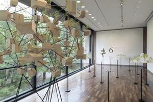 Die Außenbezüge des Philipp-Johnson-Baus überraschten Fujimoto; er baute vor Ort das Ausstellungskonzept um