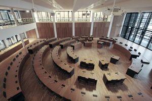 Sitzungssaal des Rathauses, von der Galerieebene aus. Rechts geht der Blick hinaus durch das große Glasfenster auf der Westfassade