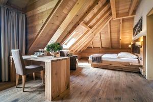 """<div class=""""10.6 Bildunterschrift"""">Innovative Duravit-Produkte, wie der Dusch-WC Sitz SensoWash Slim oder die steinähnliche Duschwanne Stonetto, runden den Komfort in den Gästezimmern der Geroldsauer Mühle ab. In den exklusiven Suiten finden sich WCs der Serie ME by Starck, kreiert von Philippe Starck, oder die Sauna Inipi B vom österreichischen Design-Trio EOOS</div>"""