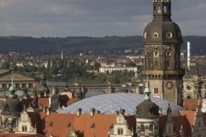 Über das Dach des Kulturpalastes auf das Residenzschloss mit seiner Glaskuppel (Kulka, Köln)<br />